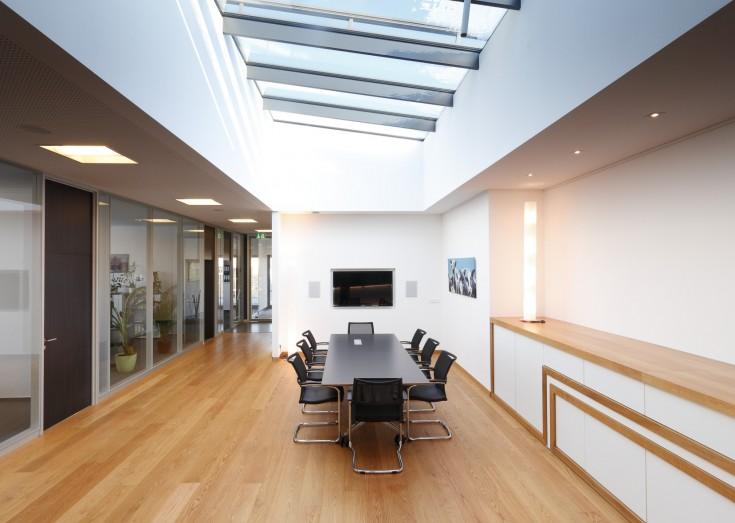 Zentraler Besprechungsbereich mit Glasdach