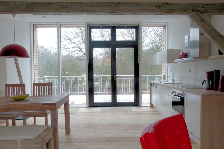 Blick durch die Küche zur Außenterrasse