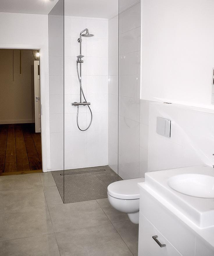 Komplett erneuertes Badezimmer im Obergeschoss. Einbau einer bodengleichen Dusche.